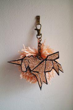 Licorne et paillettes, tel est le thème de ce nouveau Projet DIY ! Pour décliner cette thématiqueje vous proposeun Bijou de sac Licorne façon origami tr Diy Cadeau, Girl Scouts, Silhouette Cameo, Origami, Unicorn, Arts And Crafts, Clock, Pendant, Scissors