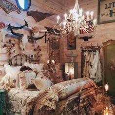 Stunning Vintage Farmhouse Bedroom Decoration Ideas - nearra news Shabby Chic Bedrooms, Bedroom Vintage, Shabby Chic Homes, Shabby Chic Furniture, Bedroom Furniture, Furniture Dolly, Retro Furniture, Painting Furniture, Furniture Online