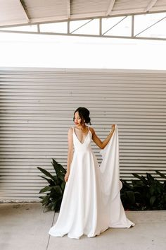 wedding dress sencillo 60 Simple Wedding Dresses For the Minimalist Bride Simple Wedding Gowns, How To Dress For A Wedding, Minimalist Wedding Dresses, Western Wedding Dresses, Wedding Dress With Pockets, Classic Wedding Dress, Bridal Dresses, Gown Wedding, Modern Wedding Dresses