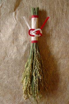 今年も 稲穂の正月飾りを玄関扉用に作ってみました。クリスマスの飾りを作る時に併せて手芸屋さんで買っていたものなど。水引はあわじ結びを何度か練習して、結いま...