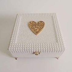 Caixa linda saindo direto para BH! Medindo 20x20x8cm, toda revestida em tecido, com pés e fecho em metal, acabamento em pérolas e coração de mdf #caixadecorada #caixaspersonalizadas #gift #mariaskriadeirasatelie