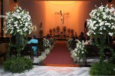 Elegante luce esta iglesia con el diseño de estos arreglos, el pasillo con nube y corsages en las bancas así como el altar.