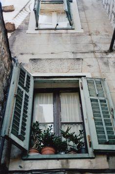 interesting view of windows Window View, Window Art, Window Boxes, Window Displays, Ivy House, Beautiful Buildings, Windows And Doors, Decoration, Ramen