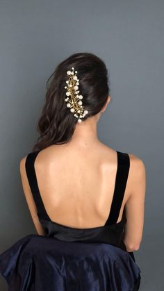 We love accessories that multi-task, and this set of seven bobby pins does just that: whether worn a few at a time for every day, or all at once in an elegant chignon, these pearls appear to be magically suspended in the hair. Curly Hair Tips, Curly Hair Styles, Natural Hair Styles, Shaved Curly Hair, Short Hair For Curly Hair, Curly Hair Braids, Short Wedding Hair, Wedding Hairstyles For Long Hair, Red Carpet Hairstyles