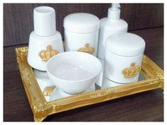 Kit Higiene Porcelana Lindo  Com 6 peças    2 potes  1 molhadeira  1 porta sabonete  1 Moringa  1 Bandeja com espelho na cor dourada    Consulte nos R$ 350,00