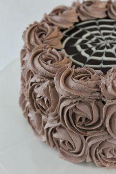 Moikka!   Pieneen herkutteluhetkeen sopii tälläinen minttusuklainen täytekakku. Tämä kakku on samanlainen kuin se jonka tein viime kesänä s...