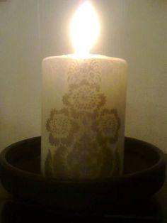 Servetillä koristeltu kynttilä