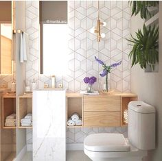I have always loved the use of geometric tiles but this is definitely one of the most beautiful feature walls yet 🌟 Bathroom Interior Design, Decor Interior Design, Interior Design Living Room, Gold Interior, Beautiful Bathrooms, Modern Bathroom, Small Bathroom, Warm Bathroom, Bathroom Wall