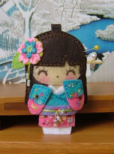 Felt Geisha Felt Doll BY Caruso's Factory Gebely Gebely Wang: Geisha/ Kokeshis brooches, straps, hangings. Fabric Crafts, Sewing Crafts, Sewing Projects, Craft Projects, Diy Crafts, Felt Dolls, Paper Dolls, Felt Patterns, Embroidery Patterns