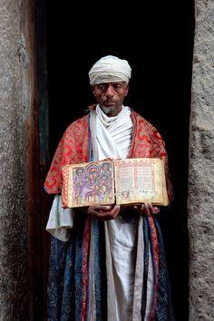 Africa | Priest Asheten Mariam. Lalibela, Ethiopia. | ©Hector Conesa.