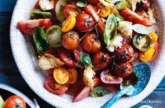 Salat aus frischen und gebratenen Tomaten mit Parmesancroûtons