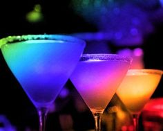 A look at luscious cocktails - pictures to inspire you Cheers! A look at luscious cocktails Colorful Drinks, Fun Drinks, Yummy Drinks, Alcoholic Drinks, Beverages, Rainbow Drinks, Cocktail Drinks, Color Of Life, World Of Color