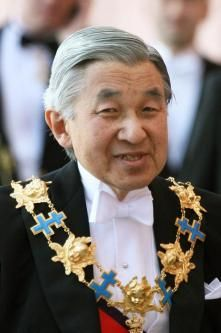 Emperor Akihito wears the collar of the Swedish Order of the Seraphim and the Grand Cordon of the Order of the Chrysanthemum over white tie and tails.