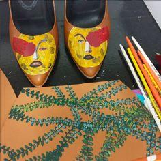 Sapato feminino com colagem George Melies e chinelo Itália pintado `a mão Elisa Marchi