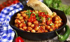 Hier finden Sie einen köstlichen Kichererbseneintopf. Kichererbsen sind vor allem für Vegetarier und Veganer eine ideale Proteinquelle. Der Proteingehalt von 100 Gramm Kichererbsen beträgt etwa 18 Gramm. Eine Mahlzeit kann annähernd ein Drittel den Tagesbedarf an Protein decken. (Zentrum der Gesundheit) © Liliya Kandrashevich - Shutterstock.com #kichererbsen #vegan #protein #rezept