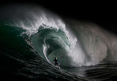 """Surf tirando uma onda nas melhores ondas do mundo Saindo dos EUA e indo para o México, o surf na ilha """"Todos os Santos"""" é marcado por uma diversão que pode chegar aos 12 metros de altura. O único """"porém"""" é o fundo rochoso, que tanto ameaça os surfistas, muita adrenalina com riscos neste mar."""