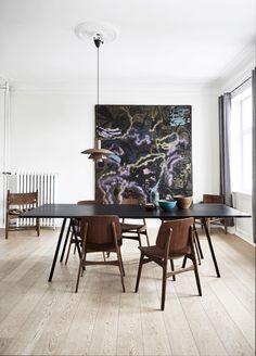 Lyst træ og hvide, tomme rum er bandlyst, mens loppefund, arvestykker og rejseminder er mere end velkomne i denne smukke villa i Nordsjælland. Kom med indenfor hos Vibeke og Anders og få gode idéer til at indrette med loppefund og rejseminder.