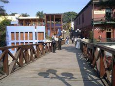 Barranco ist der In-Stadtteil Limas. Nirgendwo sonst gibt es so viele schicke, neue Cafés, die genauso auch in Berlin stehen könnten, nirgendwo sonst trägt man mit einer solchen Selbstverständlichkeit sein Surfbrett unter dem braungebrannten Arm zum Meer. Barranco, das heißt auf deutsch übersetzt Schlucht, und genau diese Schlucht direkt am Meer wird von der Puente de los Suspiros, der Seufzerbrücke, überspannt.