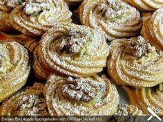Walnuss - Plätzchen Zutaten 200 g Butter oder Margarine, weiche 50 g Honig 80 g Puderzucker 1 Pck. Vanillinzucker 2 Eigelb 300 g Mehl 2 EL Walnüsse, gemahlen n. B. Walnüsse (etwa 50 Hälften) Puderzucker zum Bestäuben