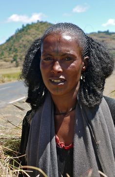 Tigray woman on her way to the south, Adis Abeba, Ethiopia African Tribes, African Women, African Beauty, African Fashion, Beautiful Black Women, Beautiful People, Ethiopian Beauty, African Traditional Dresses, Tribal People