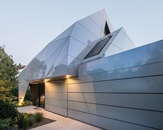 unique house with origami-like facade folds over the fence and gives the house a futuristic appearance Architecture Origami, Architecture Cool, Contemporary Architecture, Contemporary Homes, Outdoor Areas, Facade, Solar, Modern Design, Photo Wall