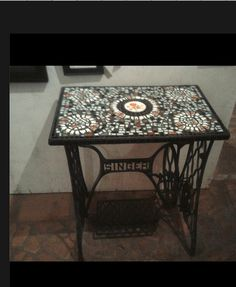 Fantastic Photos naaitafel sewing table Suggestions Mosaic on upcycled singer sewing machine stand Sewing Machine Parts, Singer Sewing Machine Table, Refinishing Furniture, Sewing Machine Cabinet, Vintage Sewing Machine, Mosaic, Vintage Table, Old Sewing Machines, Sewing Machine Tables