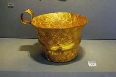 Shaft Grave V, Grave Circle A, Mycenae. Gold cup with rich spiral decoration. Ancient Troy, Ancient Greek Art, Ancient Greece, Historical Artifacts, Ancient Artifacts, Greek History, Ancient History, Heinrich Schliemann, Minoan Art