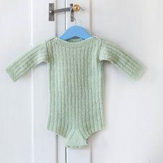 Ribbestrikket body i Rauma Lamullgarn, fra hefte Design Baby 25. #raumaullvare #Raumagarn #raumadesign #raumaullvarefabrikk #raumalamull #lamullgarn #røroslamullgarn #norskull#helnorskprodukt #ribbestrikk #strikktilbaby Rauma Design: Ane Tyssøy Godal @agodal