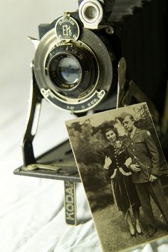 Antique camera and old wedding photo---We can get all sides of our parents wedding photos to display as well. Antique Cameras, Old Cameras, Vintage Cameras, Vintage Love, Vintage Beauty, Vintage Photos, Vintage Ladies, Old Wedding Photos, Classic Camera