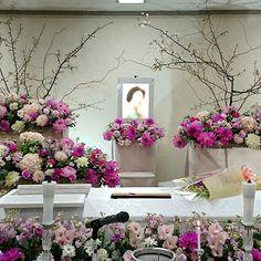 【hanasougi】さんのInstagramをピンしています。 《かわいらしいダリアの祭壇に和のテイスト桜を取り込みました。 #桜 #さくら #ダリア #cherryblossoms #dahlia #花葬儀 #funeral #葬式》 Funeral Floral Arrangements, Unique Flower Arrangements, Unique Flowers, Condolence Flowers, Sympathy Flowers, Funeral Sprays, Funeral Urns, Casket Flowers, Funeral Flowers