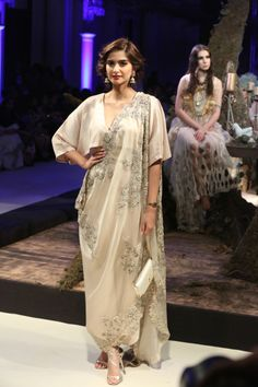 collection-by-designer-anamika-khanna-fdci-india-couture-week-2016-1