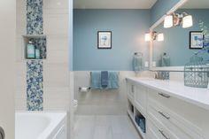 peinture murale bleue à mi-hauteur dans la salle de bains blanche