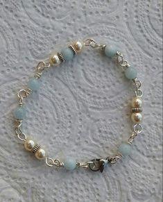 Bracelet fil de cuivre argent agrémenté de perles nacrées swarovski et aigue marine.