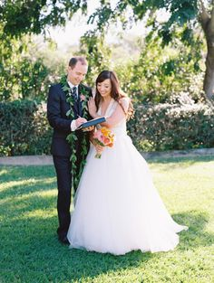 Bright and beautiful Hawaii wedding: http://www.stylemepretty.com/little-black-book-blog/2015/04/01/colorful-hotel-wailea-wedding/ | Photography: Wendy Laurel - http://www.wendylaurel.com/