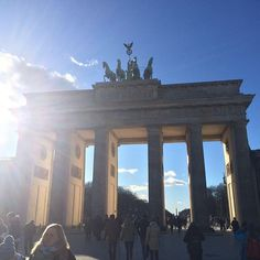 Brandenburger Tor! Morgens hat es noch geschneit und mittags ist die Sonne raus gekommen, dennoch waren nur 2 grad ❄️ richtig frisch. #sun #sunshine #berlin #citytrip #mädelswochenende #traveladdicted #travelblog #travelgram #luxus #luxury #steigenbergerhotel by globetrotter.princess. luxury #steigenbergerhotel #mädelswochenende #citytrip #luxus #berlin #sun #sunshine #traveladdicted #travelblog #travelgram #eventprofs #meetingprofs #popular #trending #events #event #travel #tourism [Follow…
