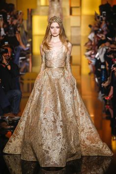 Elie Saab Fall 2015 Couture Fashion Show Collection: See the complete Elie Saab Fall 2015 Couture collection. Look 19 Elie Saab Couture, Style Haute Couture, Couture Fashion, Runway Fashion, Paris Fashion, Couture Details, Look Fashion, Fashion Show, Fashion Design
