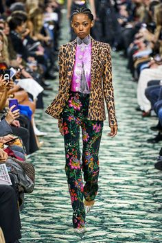 Paco Rabanne Fall 2019 Ready-to-Wear Collection - Vogue Floral Runway Fashion Floral Print Pants Paco Rabanne, Vogue Paris, Runway Fashion, Womens Fashion, Fashion Trends, Fashion Edgy, Fashion 2018, Fashion Pants, Couture Fashion