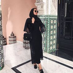 3 Tips On How To Style All Black — HOUSE OF KHOLOUD <br> If you're already the type of women who likes to wear black all the time, these tips and tricks will help you to make the most out of your outfit. Modern Hijab Fashion, Islamic Fashion, Abaya Fashion, Muslim Fashion, Modest Fashion, Fashion Outfits, Modern Abaya, Hijab Outfit, Abaya Mode