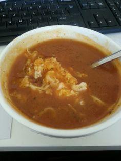 Zelfgemaakte Wortel courgette soep met tomatenpuree Een gebakken ei met 30+ kaas erin