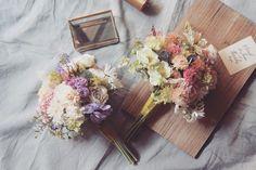 mini bouquets ナチュラルクラッチ 仕上げ前 小花を使った 可愛いい感じのブーケ というリクエストでした 普段かわいくない私ですが たまに私の中の 'かわいい' が暴走する時が このブーケを作っている時も ドンドンブリブリしたく なってしまって 日頃かわいくない ツケでしょうか #rusticwedding #dryflower #bouquet #weddingflowers #weddingbouquet #ブーケ #ウェディング #フォトウェディング #weddingtrends #ナチュラルウェディング #ガーデンウェディング #ウェディングブーケ #ウェディングドレス #結婚式 #結婚式準備 #プレ花嫁 #日本中のプレ花嫁さんと繋がりたい #オーダーメイド #前撮り #花のある暮らし #クラッチブーケ #ドライフラワー #wedding #bridalbouquet #bridal #写真撮ってる人と繋がりたい #flowerstagram #2017冬婚 #ドライフラワーブーケ #weddingtrends