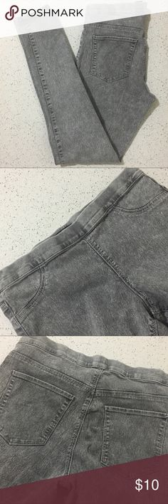 """H&M light gray denim jeggings Stretch jeggings/leggings with fake pockets in the front, real pockets in the back. Great condition.   Measurement: Length - 36"""" Waist - 27""""-29"""" Uniqlo Pants Leggings"""