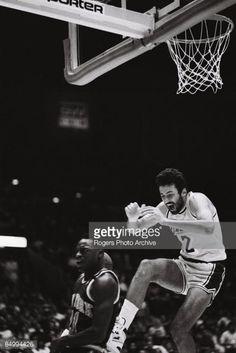 Fotografia de notícias : Vlade Divac of the Los Angeles Lakers comes down...
