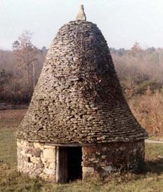 This large dry stone hut, with its cylindrical lower part dwindled by its tapering, bell-like roof, is a sheep shelter that was built in 1900.  The base cylinder is built of a mixture of hematised sandstone blocks and limestone rubble. In the roof, the Santonian limestone tiles are built to proper courses only in the outward flaring eaves. At the apex of the roof, a towering carved limestone . . .