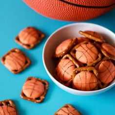 March Madness is here & these Pretzel Bite Basketball Treats are perfect for any party or pee wee game treat! Delicious and easy to make they are a big hit! Lemonade Slush Recipe, Peach Lemonade, March Madness, Rice Krispie Treats, Rice Krispies, Pineapple Frozen Yogurt Recipe, Egg Toast, Diy Cake, Pretzel Bites