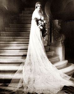1920s-bride-wedding-dress - with cloche cap and tulle veil