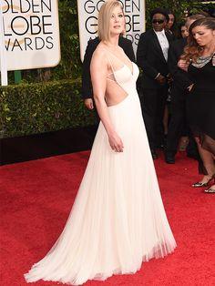 Rosamund Pike apostou nos recortes em um vestido Vera Wang