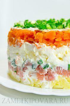 Слоеный салат с копченой горбушей и зелёным луком