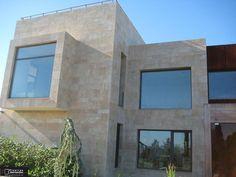 chalet con fachada de piedra natural ambar