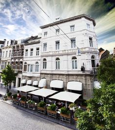 Beaumont Maastricht is located since 1912 in a historic building in the Wyck neighborhood. It is a walk from Maastricht Central Station. Beaumont Hotel, Central Station, Parisian Style, Netherlands, Terrace, The Neighbourhood, Castle, Journey, Hotels
