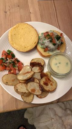 Nacho chilli cheese burger and crispy potatoes Cheese Burger, Crispy Potatoes, Nachos, Camembert Cheese, Meals, Ethnic Recipes, Food, Meal, Essen